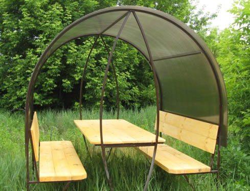 Скамейки и стол выполнены из досок
