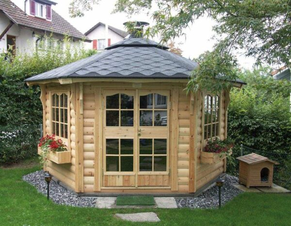 Скандинавская беседка больше похожа на уменьшенный жилой сруб, чем на садовую конструкцию для летнего отдыха
