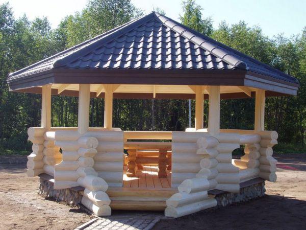 Сооружение из оцилиндрованной древесины.