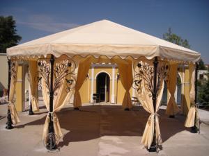 Сооружение можно декорировать шторами.