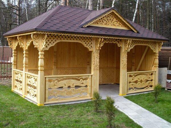 Сооружение с узорами в деревенском стиле.
