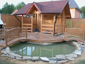 Сооружение, стоящее на водоеме, должно быть хорошо защищено от влаги.