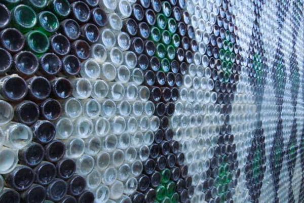Стеклянные бутылки как прозрачная альтернатива кирпича