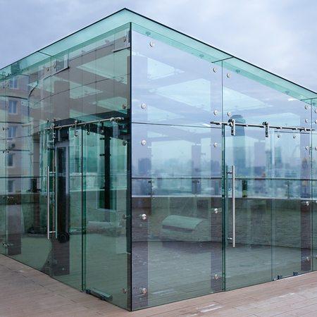 Стены представляют собой стеклянные панели на металлическом несущем каркасе.