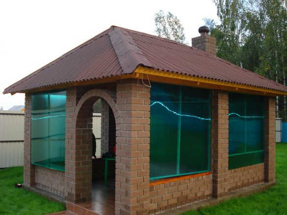 Стены закрыты от ветра цветным поликарбонатом