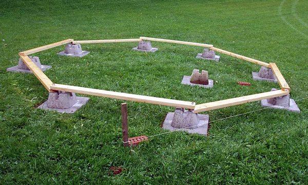 Столбчатый фундамент из специальных блоков.