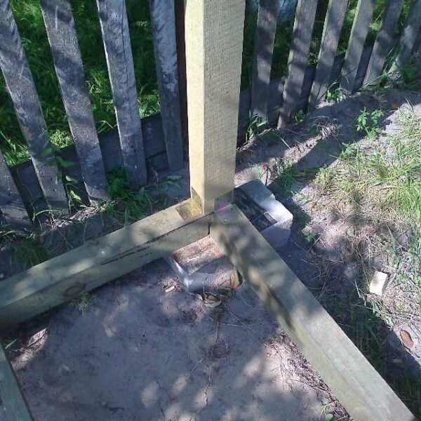 Стойки расположены сверху на обвязке и закреплены уголками