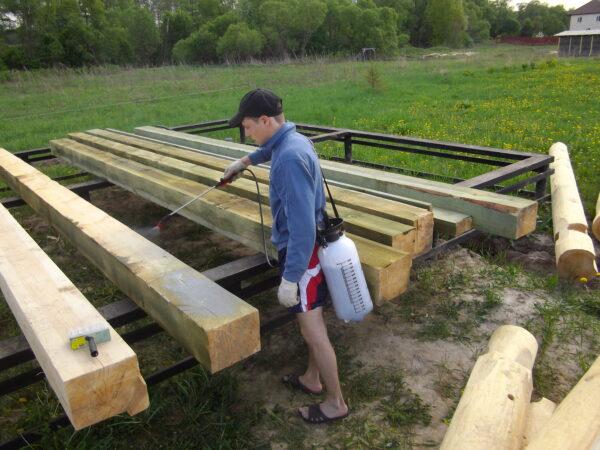Своевременная обработка древесины обеспечит ей длительный эксплуатационный срок