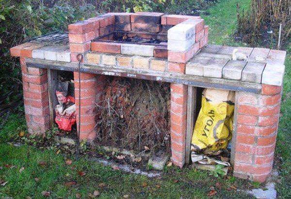 Так хранить уголь и другие зажигательные смеси нельзя, случайный уголек может привести к пожару