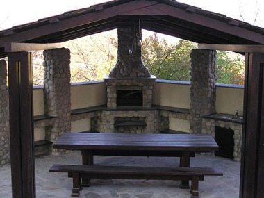 Такое сооружение в беседке позволит превратить ее в летнюю кухню.