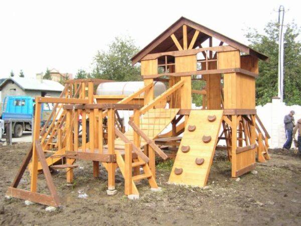 Такой детский тренажер на дачном участке нетрудно построить самостоятельно