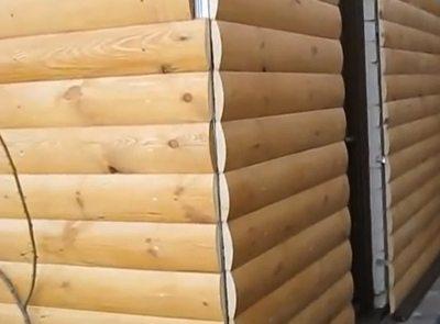 Такой стык нужно перекрывать деревянным уголком