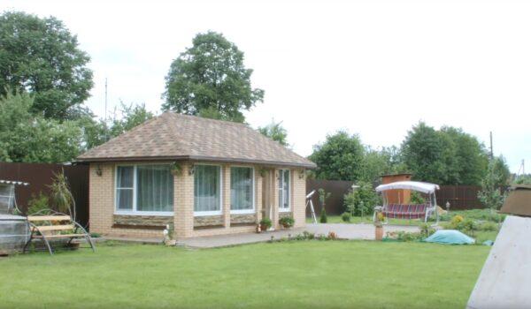 Территория вокруг строения также облагорожена и эффективно используется для отдыха.