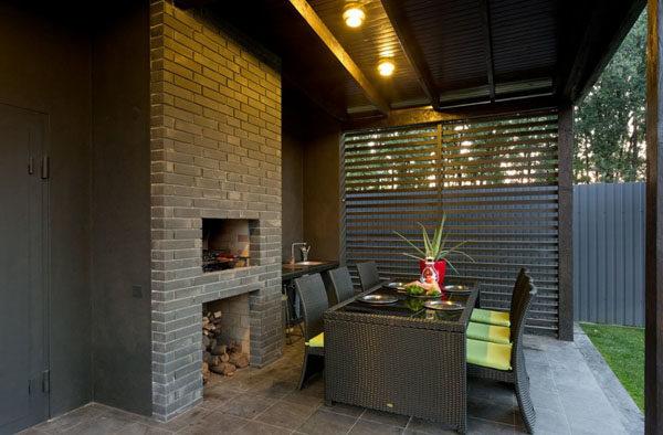 Типичный интерьер современных беседок с барбекю – одна стена капитальная и в ней устроен мангал, в то время как остальные стороны сооружения открытые