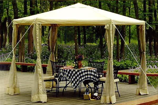 Тканевый шатер на деревянном помосте.