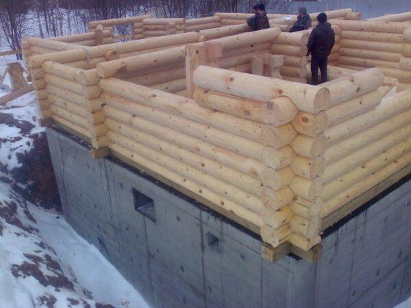 Тот же принцип используется при строительстве деревянных домов: первый венец отделен от фундамента устойчивой к гниению древесиной нижней обвязки.