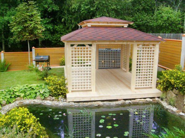 Традиционно японские беседки для дачи устанавливаются вблизи фонтанчика или мини водоема.