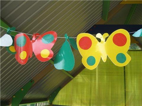 Украшение беседки в детском саду при помощи бумажных бабочек