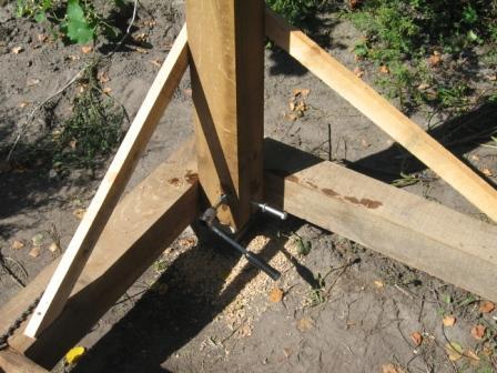 Установка деревянных опорных столбов