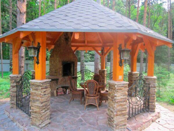 Установка мангала на одной из граней конструкции считается самым простым вариантом.