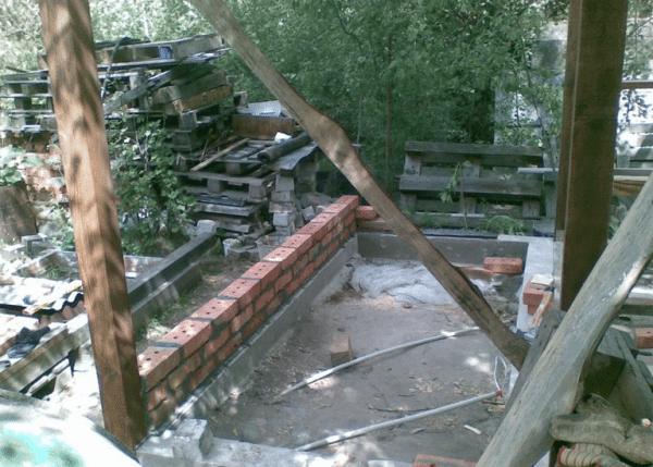 Установка первого столбика на ленточном фундаменте