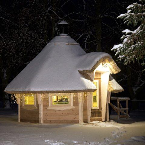 Уютная утепленная конструкция на участке будет служить местом комфортного отдыха в любую погоду.