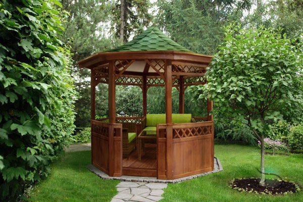Уютный деревянный домик гармонирует с садовыми деревьями