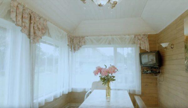 В зоне беседки все реализовано для уюта и комфорта, а шторы на окнах позволяют уединиться от глаз соседей.