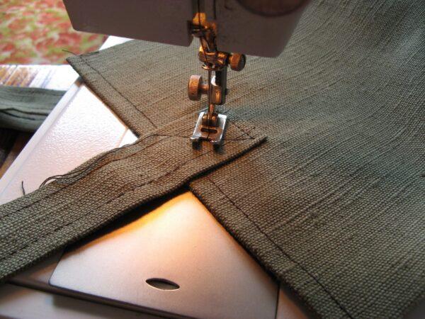 Вместо люверсов на шатровом тенте можно нашить ремешки, которыми полотнище будет привязываться к каркасу