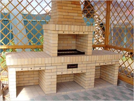 Внешние стенки мангала (жаровни) можно выкладывать из облицовочного кирпича, так получается более эстетично (на фото)