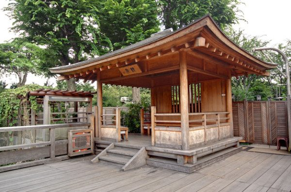 Восточная беседка, построенная чисто из древесины