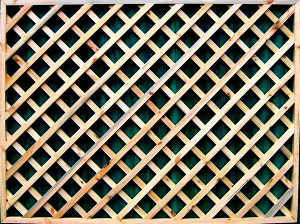 Вот решетка из дерева для беседки – привычный вариант, который отличается только шагом между линиями досок (фото «А»)