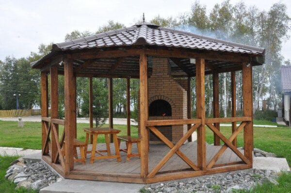Вот так выглядит летняя конструкция, спасающая от дождя и палящих лучей солнца