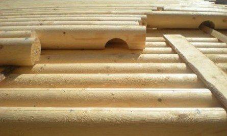 Возведение строений из бревна – трудоемкий процесс, но вполне осуществимый
