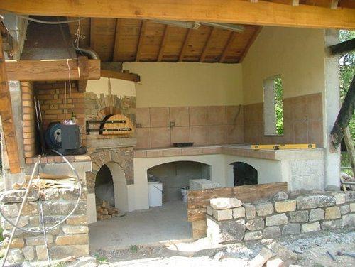 Возведите две стены и крышу – вот вам и летняя кухня (на фото)