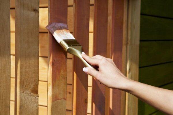 Яхтный лак считается самым лучшим составом для декора деревянной беседки.