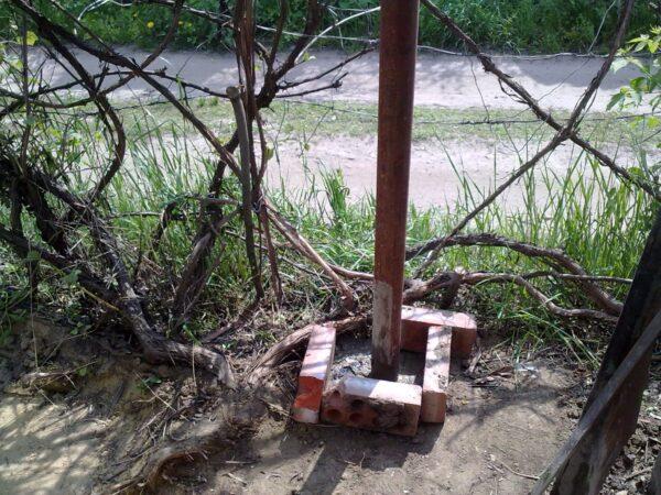 Забетонированный столб