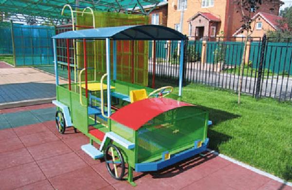 Замечательный металлический вагончик желательно разместить в тени больших деревьев или здания