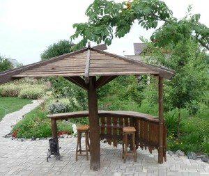 Зонтик хорошо подходит для уединения или личной беседы в тишине сада.