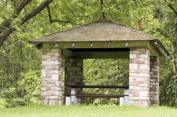 Беседка из дерева и камня с четырёхскатной крышей