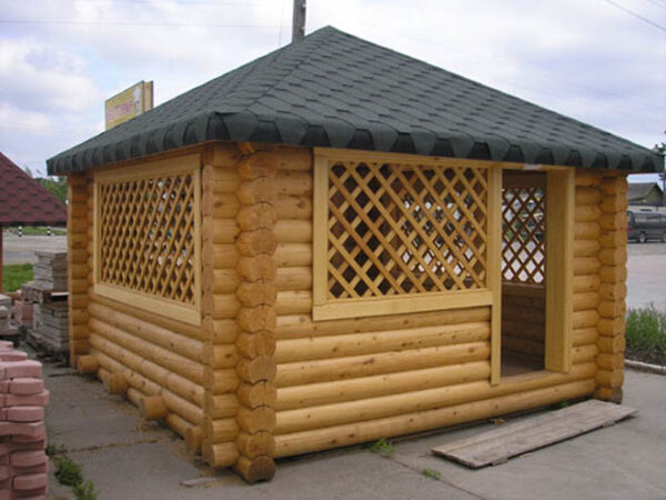 Классическая дачная беседка из бревна может стать уютным местом для отдыха всей семьи.
