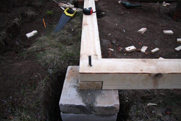 Монтаж обвязочного бруса на фундамент