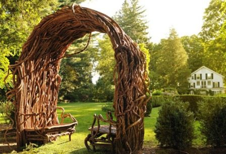 На фото- строение из древесных стволов