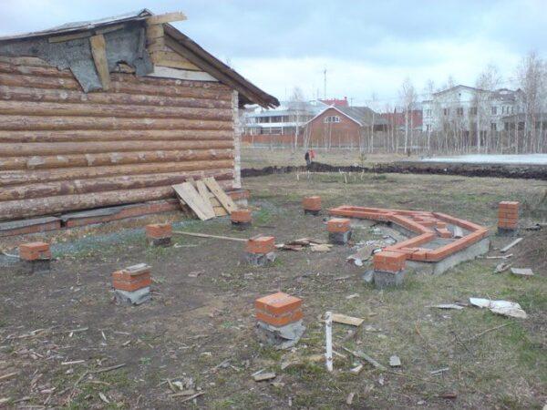 На фото фундамент из кирпича для строения с печкой