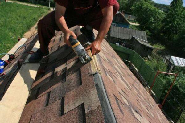 Обшиваем крышу гибкой черепицей.