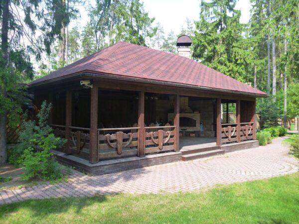 Плоская крыша и массивные деревянные детали – главное в шале