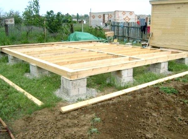 При строительстве беседки обычно используют столбчатый фундамент.