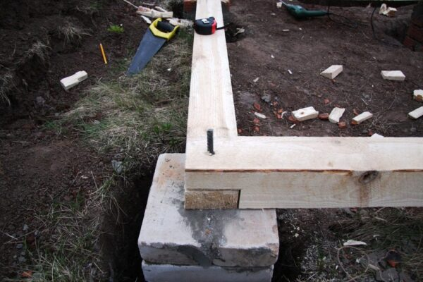 Пример первого венца на кирпично-бетонном столбике