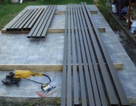 Ровная площадка и пара деревянных брусков значительно упростит резку материала