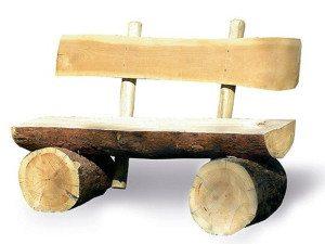 Скамейка из бревен.